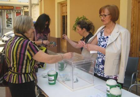 La mesa petitoria estuvo instalada durante toda la mañana en la entrada del consistorio local. FOTO: EPDA.