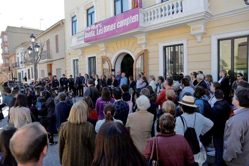 La corporación local de Godella y alrededor de un centenar de vecinos se han congregado este viernes frente a la fachada principal del Ayuntamiento. EFE