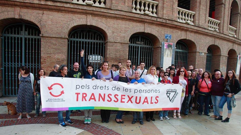 Transexuales exigen una ley que los respalde en la plaza de toros de Valencia. FOTO JOSÉ MARÍN