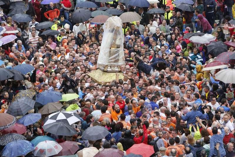 Imagen peregrina de la Virgen de los Desamparados tapada con plástico por la lluvia en su traslado a la catedral