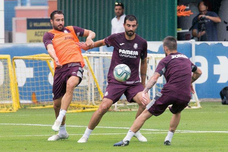 El jugador del Villarreal Raul Albiol (C), durante un entrenamiento del equipo tras el parón de las vacaciones. EFE/Archivo