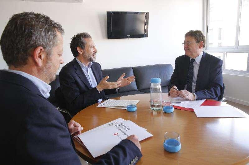 El president de la Generalitat, Ximo Puig, en su reunión en la sede del PSPV-PSOE con Andrés Conde, director general de la entidad humanitaria, en una imagen del PSPV.