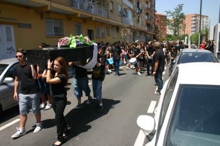 Unas trescientas personas escenificaron el entierro de la enseñanza pública. Foto EPDA