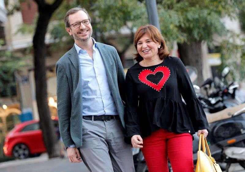 El vicesecretario de Organización del PP, Javier Maroto, con la presidenta del PPCV, Isabel Bonig, a su llegada a la sede del partido en València. EFE