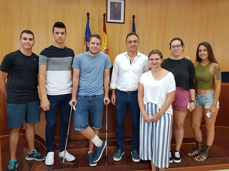 Los becarios ha sido recibidos por el alcalde Quique Santafosta. EPDA.