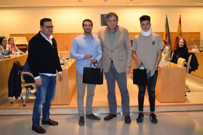 El concejal de Deportes, quien ha propuesto el galardón, y el alcalde entre los deportistas. FOTO EPDA