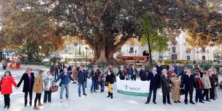 Lazo humano en Valencia para simbolizar el compromiso y la solidaridad de todos en la lucha contra el cáncer. Foto EPDA