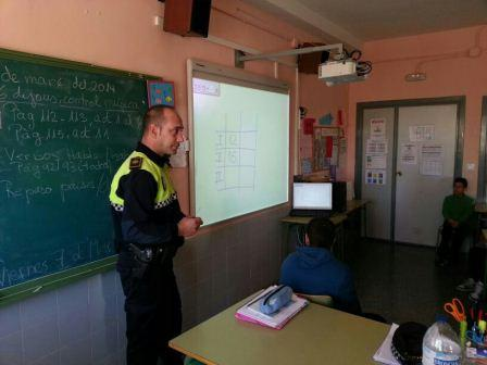La Policía Local de Aldaia imparte charlas informativas en los centros sobre el correcto uso de los petardos.