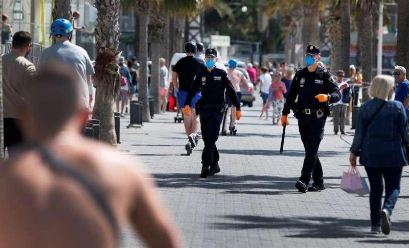 Los arrestados, de entre 23 y 29 años, todos ellos varones y de nacionalidad francesa, están acusados de un delito de robo con violencia e intimidación. EFE