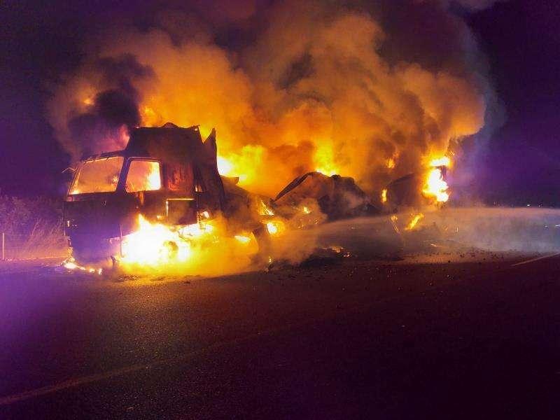 Imagen de los trabajos de extinción de uno de los camiones. EFE/Consorcio Bomberos Valencia