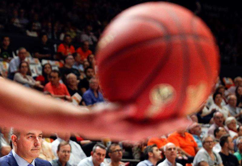 El entrenador del Valencia Basket, Jaume Ponsarnau, concentrado. EFE/Archivo