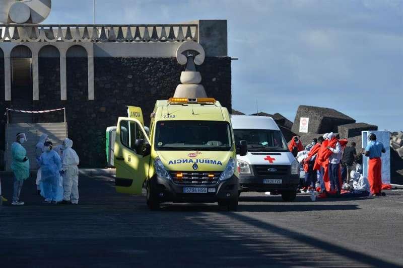 Inmigrantes atendidos en El Hierro (Canarias) tras arribar en patera, en una imagen de estos días. EFE