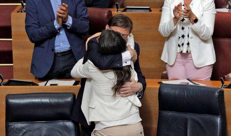 El candidato a la reelección como president de la Generalitat, Ximo Puig, se abraza a la vicepresidenta en funciones, Mónica Oltra, tras su discurso de investidura en Les Corts Valencianes. EFE