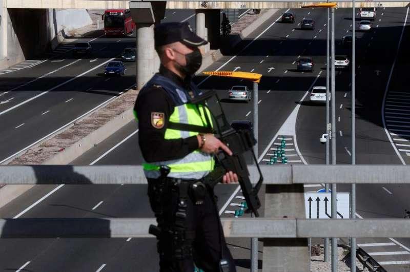 Un agente de la Policía Nacional durante un punto de control del cierre perimetral de los municipios de más de 50.000 habitantes. EFE
