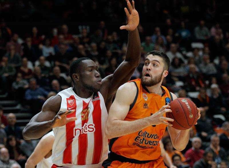 El jugador del Valencia Basket, Mike Tobey (13) , junto a Mouhammad Faye, del Crvena Zvezda, durante el partido correspondiente a la Eurocopa jugado en Valencia.EFE