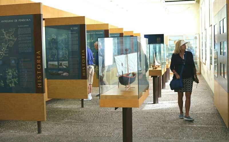 Una visitante en el Museo del Mar de Peñíscola.