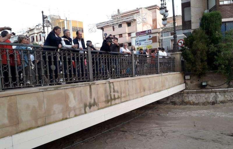 Grande-Marlaska (c), junto al presidente de la Generalitat, Ximo Puig (i), durante su visita a Orihuela. EFE