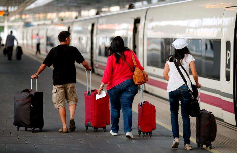 Un grupo de pasajeros se dispone a subir a un AVE de la compañía Renfe. EFE/Archivo