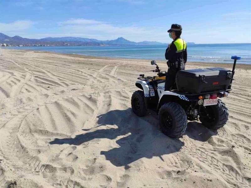 Un policía vigilando una playa valenciana. EFE