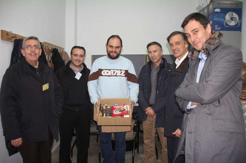 Visita de responsables de Hidraqua al economato de Cáritas en Torrent. EPDA