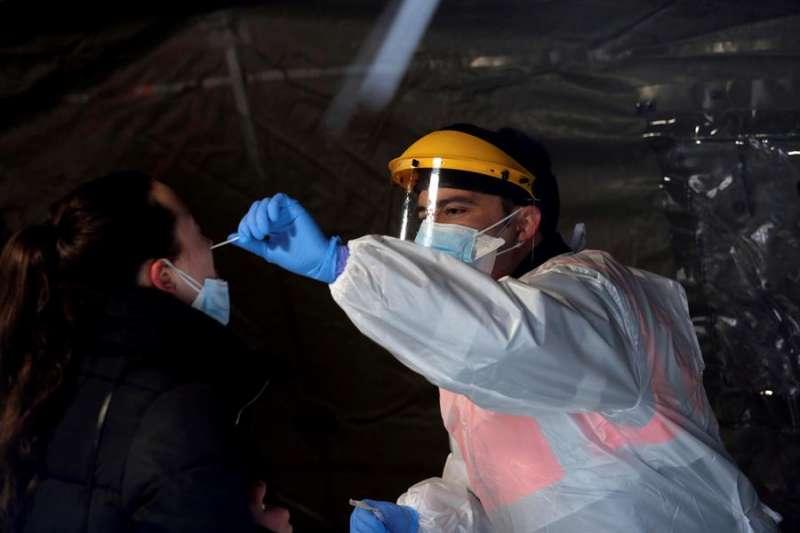 Una mujer se somete a un test de covid-19, durante el cribado masivo realizado en el campus del Bierzo, este lunes en Ponferrada. EFE/Ana F. Barredo
