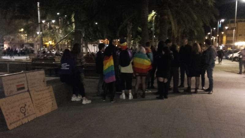 Activistas frente al auditorio con las pancartas. EPDA