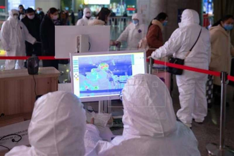 Utilizan imágenes térmicas visibles e infrarrojas para revisar la temperatura de los pasajeros en un aeropuerto. EFE/ Su Yang