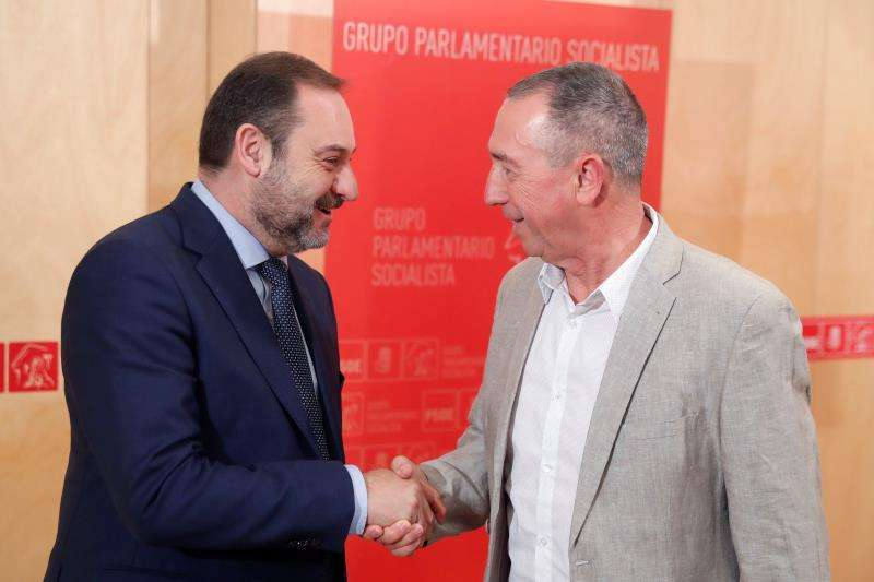 Baldoví, a la dreta, saluda el ministre Ábalos, del PSOE. EPDA