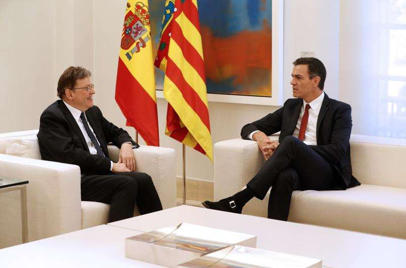 El presidente del Gobierno, Pedro S�nchez (d), y el president de la Generalitat, Ximo Puig (i), conversan durante un encuentro anterior. EFE/Archivo