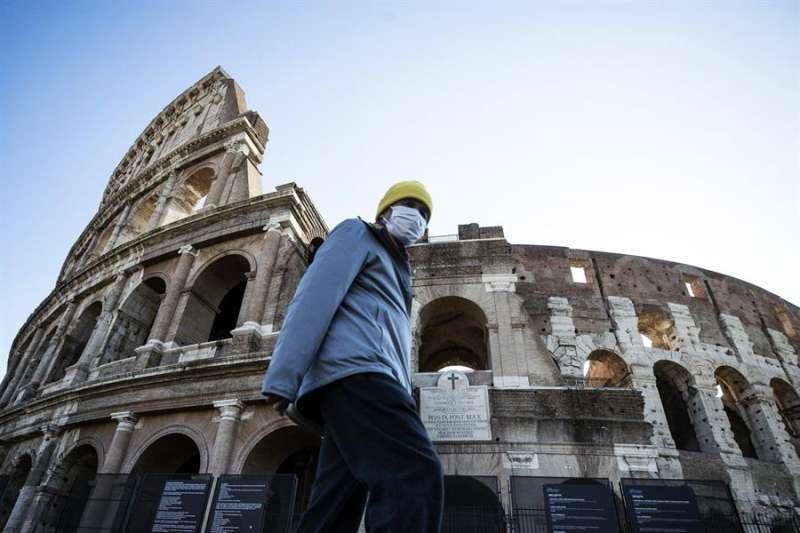 Un turista en la ciudad de Roma. EFE/EPA/ANGELO CARCONI/Archivo