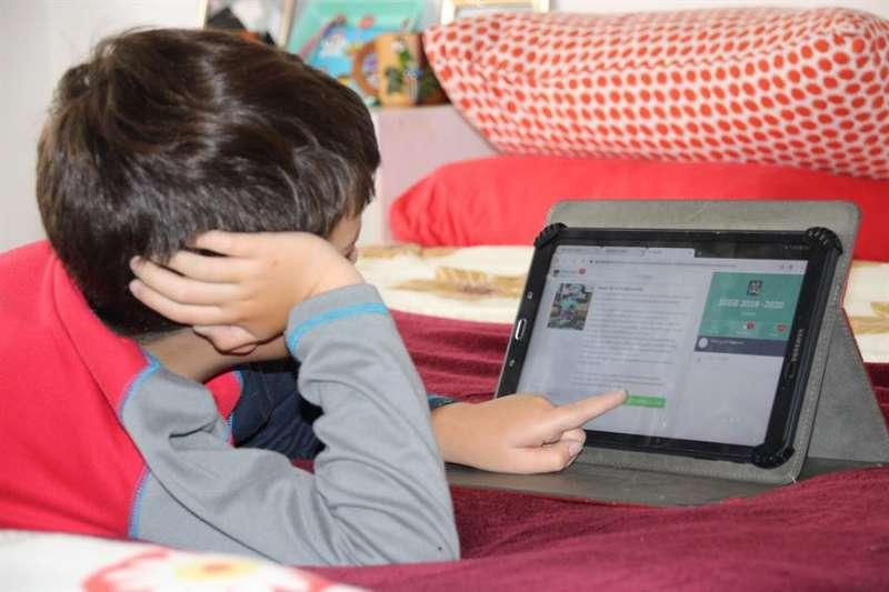 Un estudiante consulta datos en una tableta. EFE