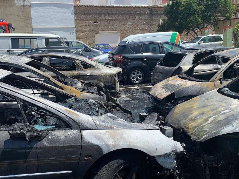 Coches calcinados por el incendio