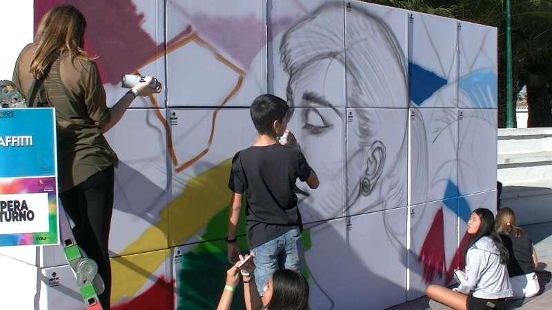 Jóvenes en el taller de grafittis. / EPDA