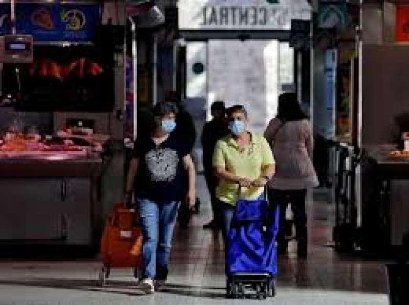 Dos mujeres hacen la compra con mascarilla. EPDA