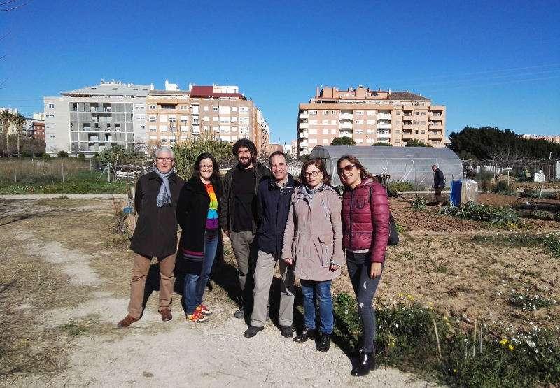 Alcaldesa de Alaquàs con el Comisionado de Valencia que visitó los huertos urbanos. EPDA