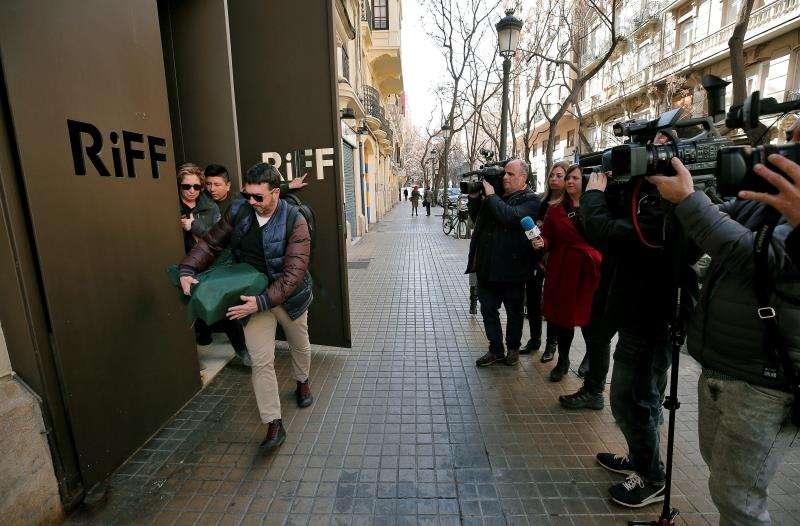Dos inspectores de la consellería de Sanidad abandonan este martes el restaurante RiFF de València. EFE/Archivo