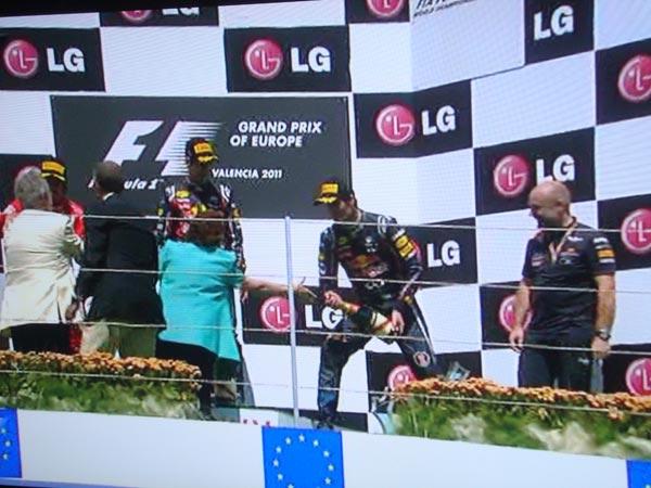 Vettel a punto de mojar con champagne a la alcaldesa de Valencia.