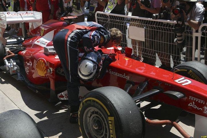 Vettel besa su coche tras la victoria.