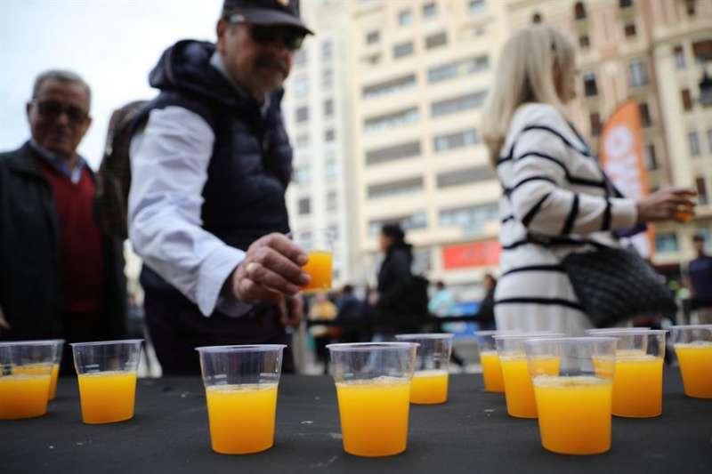 Una persona se sirve una vaso de zumo de naranja. EFE