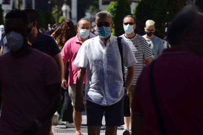 Varios ciudadanos con mascarilla caminan por una calle concurrida. EFE/NACHO GALLEGO/Archivo