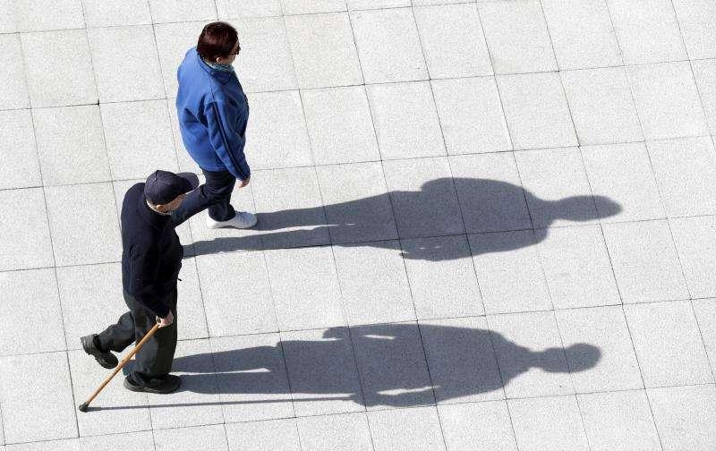Una pareja de pensionistas camina por la calle. EFE/Archivo