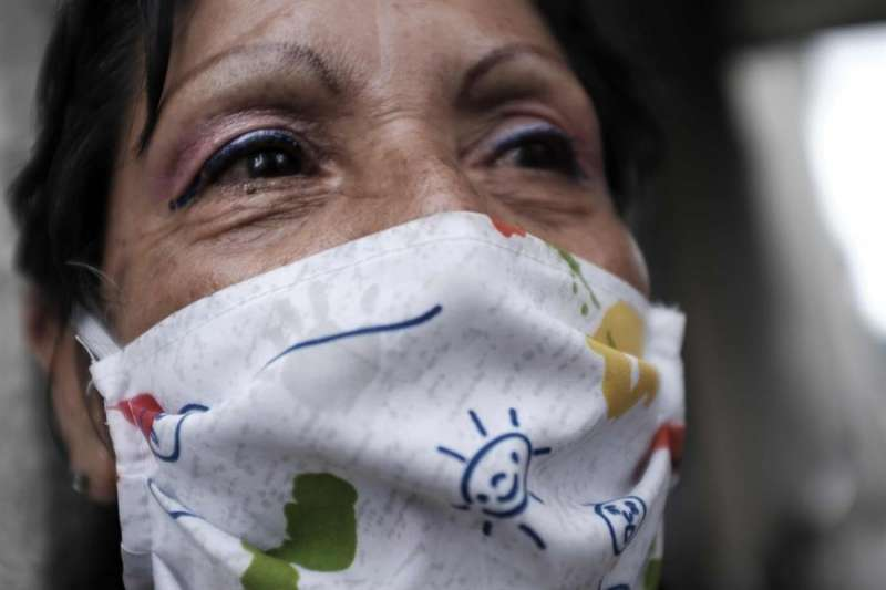 Una mujer se protege con una mascarilla de tela. EFE/Jeffrey Arguedas/Archivo