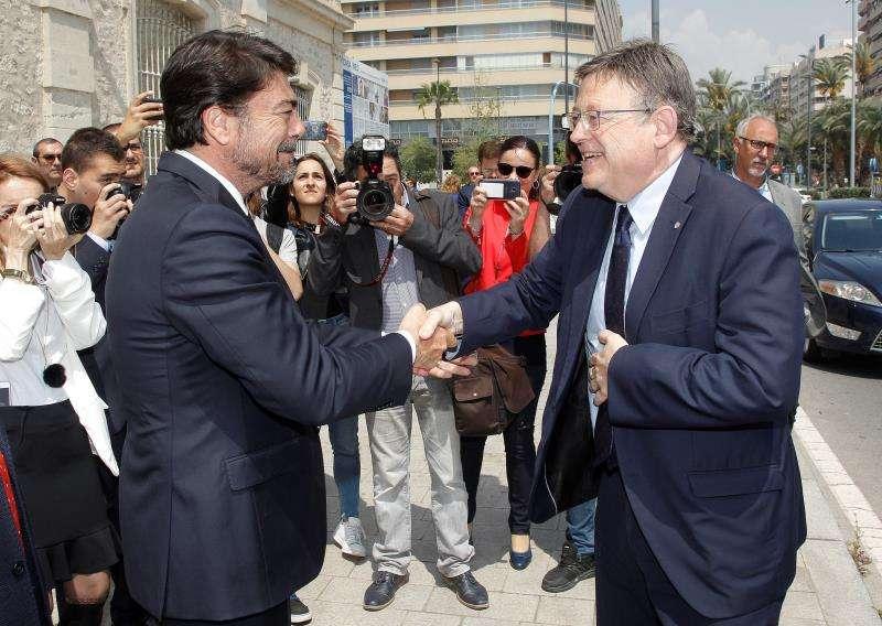 El president de la Generalitat, Ximo Puig (d), saluda al alcalde de Alicante, Luis Barcala. EFE/Archivo