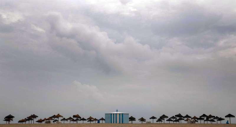 Vista general de la playa Malvarrosa de Valencia, bajo un cielo nublado.