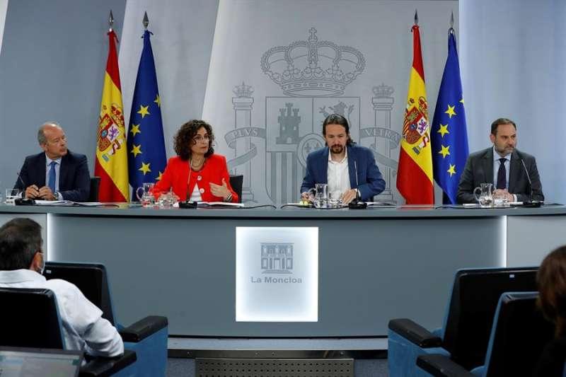 El ministro de Justicia, Juan Carlos Campos (i), la ministra de Hacienda y portavoz del Gobierno, María Jesús Montero (2i), el vicepresidente segundo del Gobierno, Pablo Iglesias (2d) y el ministro de Transporte, José Luis Ábalos (d). EFE