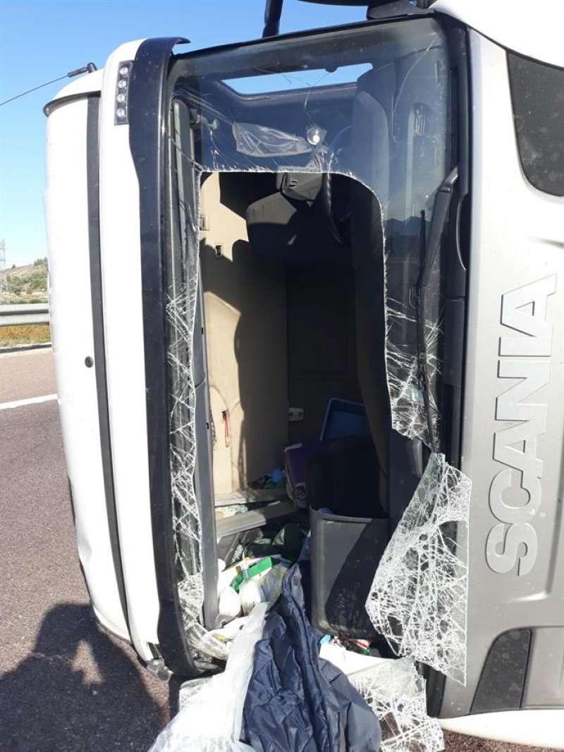 El camión que ha volcado este sábado en la A-7 a la altura de Canals (Valencia) y que ha provocado el corte de los dos carriles que van en sentido Alicante. EFE/Consorcio Bomberos