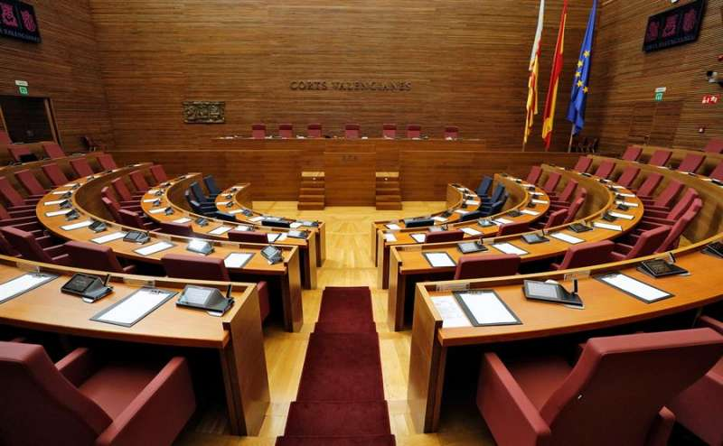 Vista general del hemiciclo de Les Corts Valencianes, vacío por la pandemia de coronavirus, en una imagen de estos días. EFE