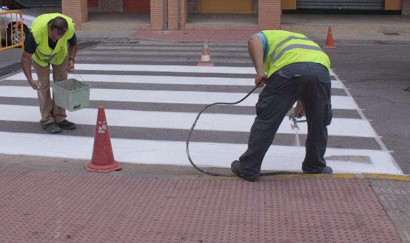 La Brigada municipal treballa en el manteniment de la senyalització viària a Picassent. EPDA