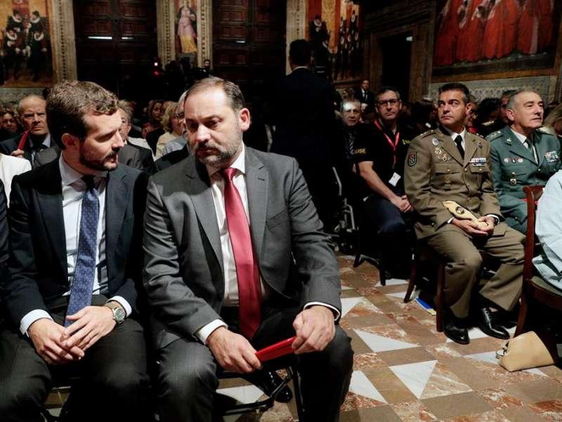El ministro de Fomento en funciones, José Luis Ábalos (2i) y el presidente del Partido Popular, Pablo Casado (i) , conversan al inicio del acto institucional que se celebra este martes 9 de octubre, con motivo del Día de la Comunidad Valenciana, en el Palau de la Generalitat. EFE/Manuel Bruque