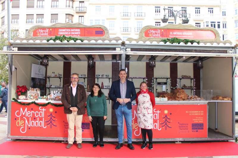 Diputado responsable de Turismo de la Diputación valenciana junto a un expositor. -EPDA